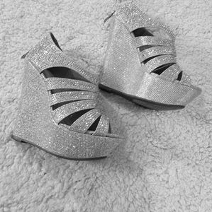2/45.00     Silver sparling wedges